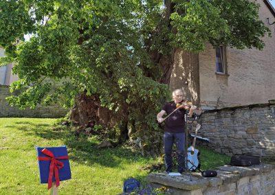 Ausrufung Winter-Linde Großpörthen: Violinist Holger Illgen war sichtlich sehr bewegt vom Baum