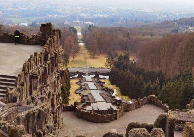 Lärche Kassel: Blick vom Herkules die Wasserkaskaden hinunter in die Stadt, hinter dem Platz unten auf der Wiese rechts die Lärche