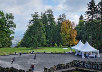 Aufrufung Lärche Kassel: Vorbereitungen der Party, der Ehrenbaum in Bildmitte