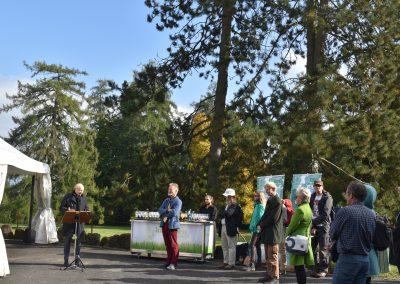 Aufrufung Lärche Kassel: Grußworte: Leiter Gärten MHK S. Hoß und Leiter DDG-Kuratorium A. Roloff, im Hintergrund links die Lärche (Foto: S. Weigelmeier)